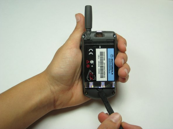 Appuyez sur le bouton près du bas de la batterie en utilisant soit votre doigt ou un spudger. Cela libèrera la batterie.